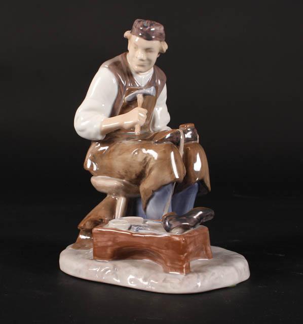 Axel Locher for Bing og Grøndahl. Skomager - Axel Locher for Bing og Grøndahl. Skomager, figur af porcelæn, nr. 2228, H. 22,5 cm., 1. sort