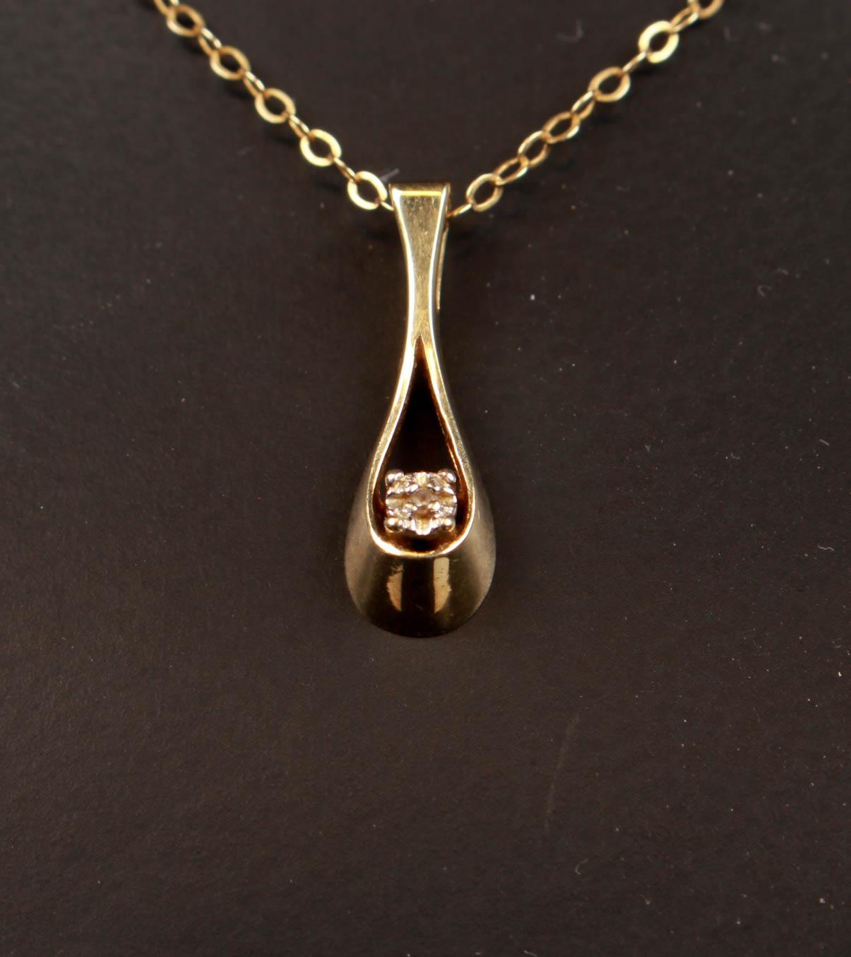 Halssmykke, 14 kt guld - Halsmykke af 14 kt guld bestående af vedhæng prydet med brillant på 0.01 ct. Farve: Crystal . Klarhed: (SI) S tilhørende halskæde, monteret med fjedrelås. L. 42 cm. Samlet vægt 2,1 gram. Fremstår med brugsspor, herunder smuds på sten