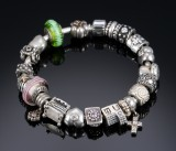 Pandora. Armlænke med 21 charms af sterlingsølv.