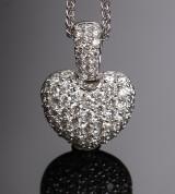 Hjertevedhæng og halskæde af 18 kt hvidguld med brillanter ca. 1.01 ct.