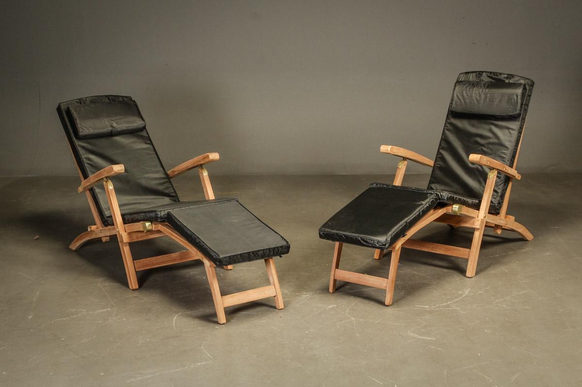 Dækchairs med hynder, teak - Dækstole. Havemøbler bestående af to dækchairs/stole udført af teaktræ, stolene har stilbar ryg og kan foldes helt sammen. Mål: H. 90 B. 60 liggemål ca. 200 cm. Hynder medfølger OBS! modelfoto, varen er i ubrudt original emballage 2 kolli