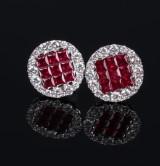 Et par rubin- og brillantørestikker af hvidguld. (2)