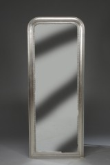 Spejl i ramme af sølvmalet træ