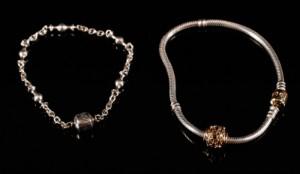 Pandora. To armbånd i sterling sølv med charms i 14 kt guld (3) - Dk, Aalborg, Nibevej - Pandora. To armbånd udført i sterling sølv, bestående af: leddelt armbånd L. 18,5 cm samt armbånd i sterling sølv med lås af guld til charms, led udført i 14 kt. guld prydet med Onyx. Armbånd L. 20,5 cm. Samlet vægt af s - Dk, Aalborg, Nibevej