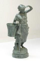 Kvindelig vinplukker i patineret bronze.