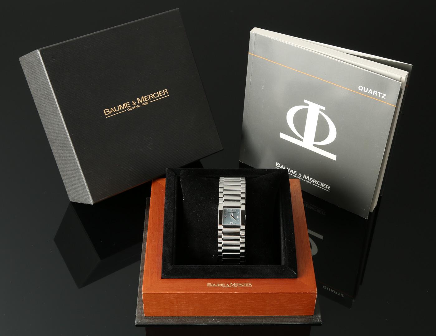 Baume & Mercier, damearmbåndsur med diamanter - Baume & Mercier, ref. MV045219, damearmbåndsur i urkasse af stål med lys skive med logo, timemarkeringer, to visere. Uret har schweizisk quartzværk, integreret lænke i stål med foldespænde. Bredde: 22 mm (ekskl. krone). Bagkasse stemplet...