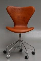Arne Jacobsen. Office chair, model 3117, cognac-coloured aniline leather