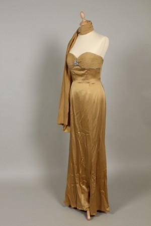 14c36d4d7a83 Jovani Selskabskjole str. 38 i gyldenfarvet silke med pynte broche og  similisten