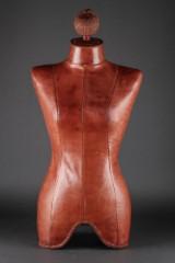 Gine, kvindetorso af brunt læder