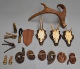 En samling trofæer, jagtbælter, ladeudstyr m.m.