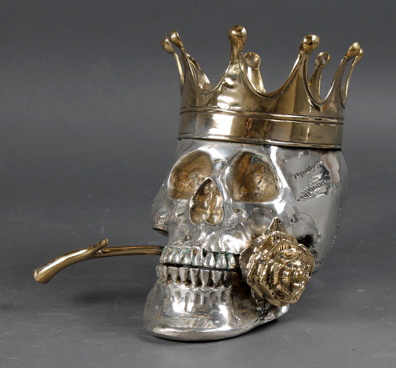 Kranie med krone samt rose i munden - Kranie af bronze samt forsølvet bronze, dekoreret med krone samt rose i munden. H. ca. 22 L. ca. 28 B. ca. 22 cm