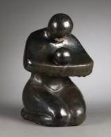 Ubekendt kunstner. Knælende moder med barn. Skulptur af lertøj, dekoreret med lüster