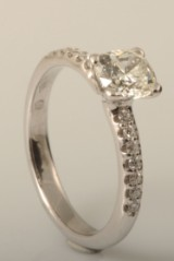 Ring in 18k set with cushion cut diamonds 1.15ct