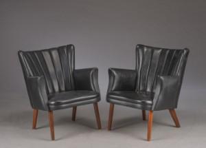 Et par lænestol, betrukket med sort skai (2) - Dk, Herlev, Dynamovej - Et par lænestol, betrukket med sort skai, ben af mørkbejdset træ. Fremstår med brugsspor. (2) - Dk, Herlev, Dynamovej