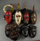 En samling afrikanske masker af træ, 1900-tallets slutning (7)