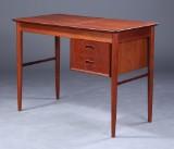 Dansk møbelproducent. Dameskrivebord / sminkebord af teak, 1960erne