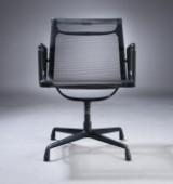Charles Eames. Armstol med sort net-væv, sortlakeret, model 108.