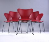 Arne Jacobsen. Et sæt på seks stole 'Syveren', model 3107, mørkerød lasseret (6)