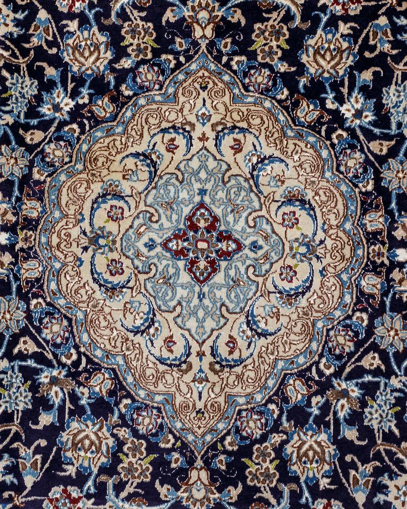 Persisk Nain tæppe med silke 330 x 215 cm - Persisk Nain tæppe, uld med silke i målene 330 x 215 cm. Dette tæppe stammer fra byen Nain i nærheden af Isfahan i det centrale Persien. Nain tæpper er som regel meget lyse med en creme-farvet eller dybblå basisfarve og en stor medaljon i...