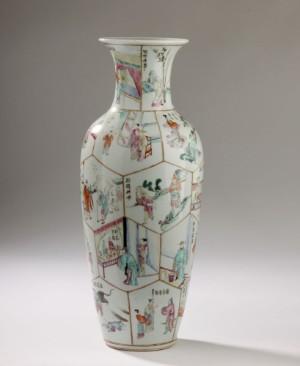 Kinesisk vase af porcelæn dekoreret i farver, Chien Lung mærke