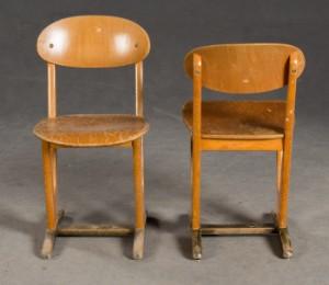 benze zwei st hle und tisch f r kinder schulst hle und schulschreibtisch der 1960 70er jahre. Black Bedroom Furniture Sets. Home Design Ideas