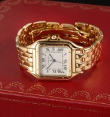 Cartier Panthere. Mid-size ladies watch, 18 kt. gold with pale dial with date
