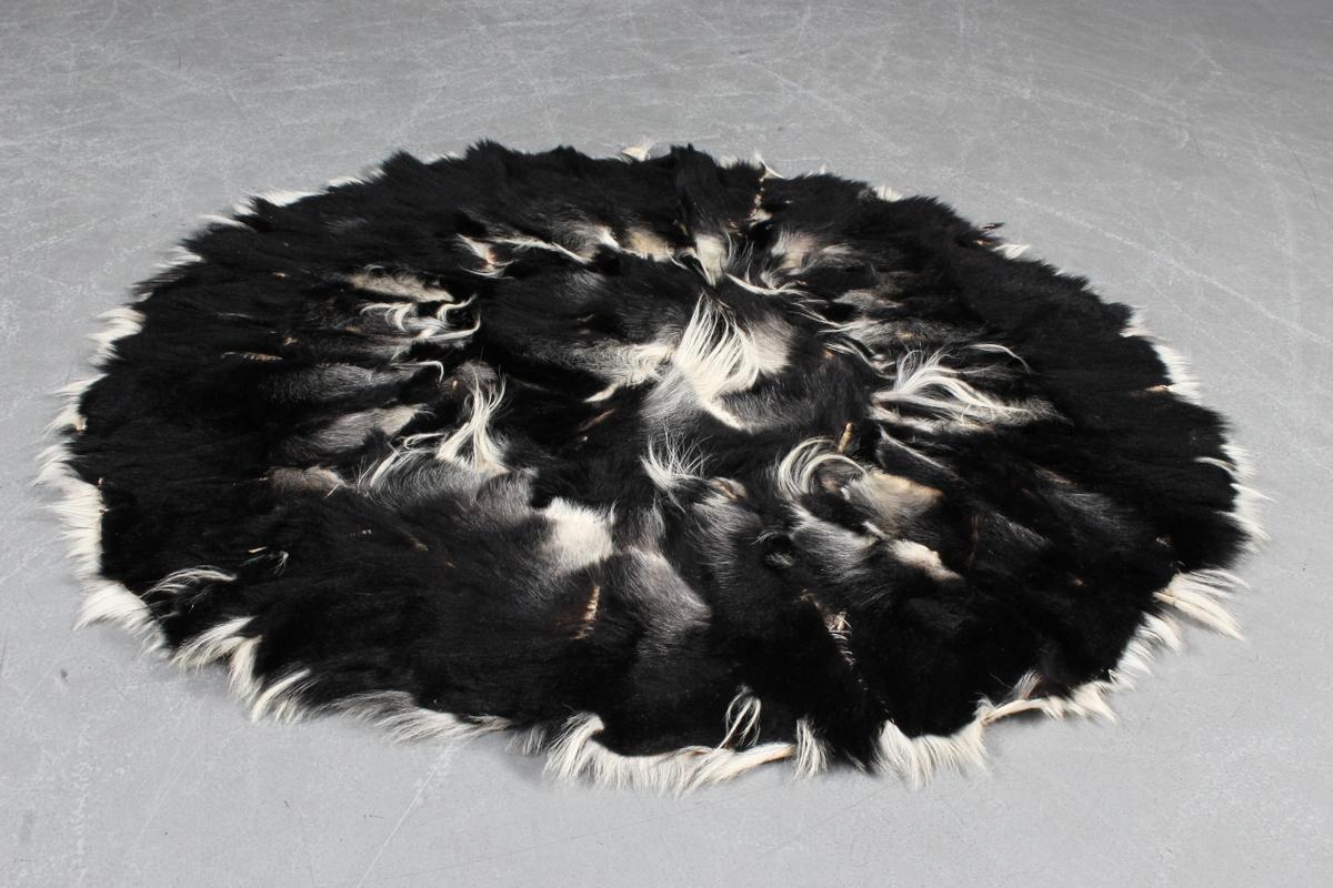 Colobus abeskind. Stammetæppe, Afrika - Colobus Black and White. Abeskindstæppe. Stammetæppe fra Afrika. Tæppet kan frit forhandles inden for EU. Ø. ca. 124 cm. Fremstår med slidmærke