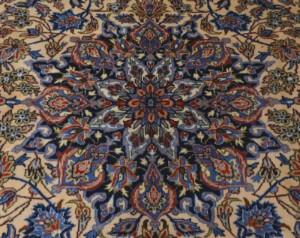 Persisk Najafabad. Uld med bomuld. 375 x 275 cm. - Dk, Kolding, Trianglen - Persisk Najafabad med blomster, blade, borter og medaillon i røde og blå nuancer på lys og sandfarvet bund. Uld med bomuld. 375 x 275 cm. - Dk, Kolding, Trianglen