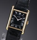 Cartier 'Tank'. Dameur i forgyldt sterlingsølv med sort skive, 1990'erne