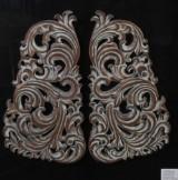 Tavla med skurna skulpturer i patinerat trä, barockmönster.