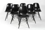 Charles Eames. Sæt på seks sorte glasfiber skalstole, model DSW (6)