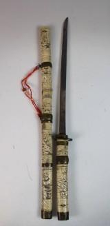 Asiatisches Schwert mit einem geschniztem Beingriff