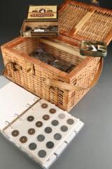 Danmarks samling i album m. ca. 300 mønter samt kasse med div. danske og udenlandske mønter i poser og kasser (18 kg.)