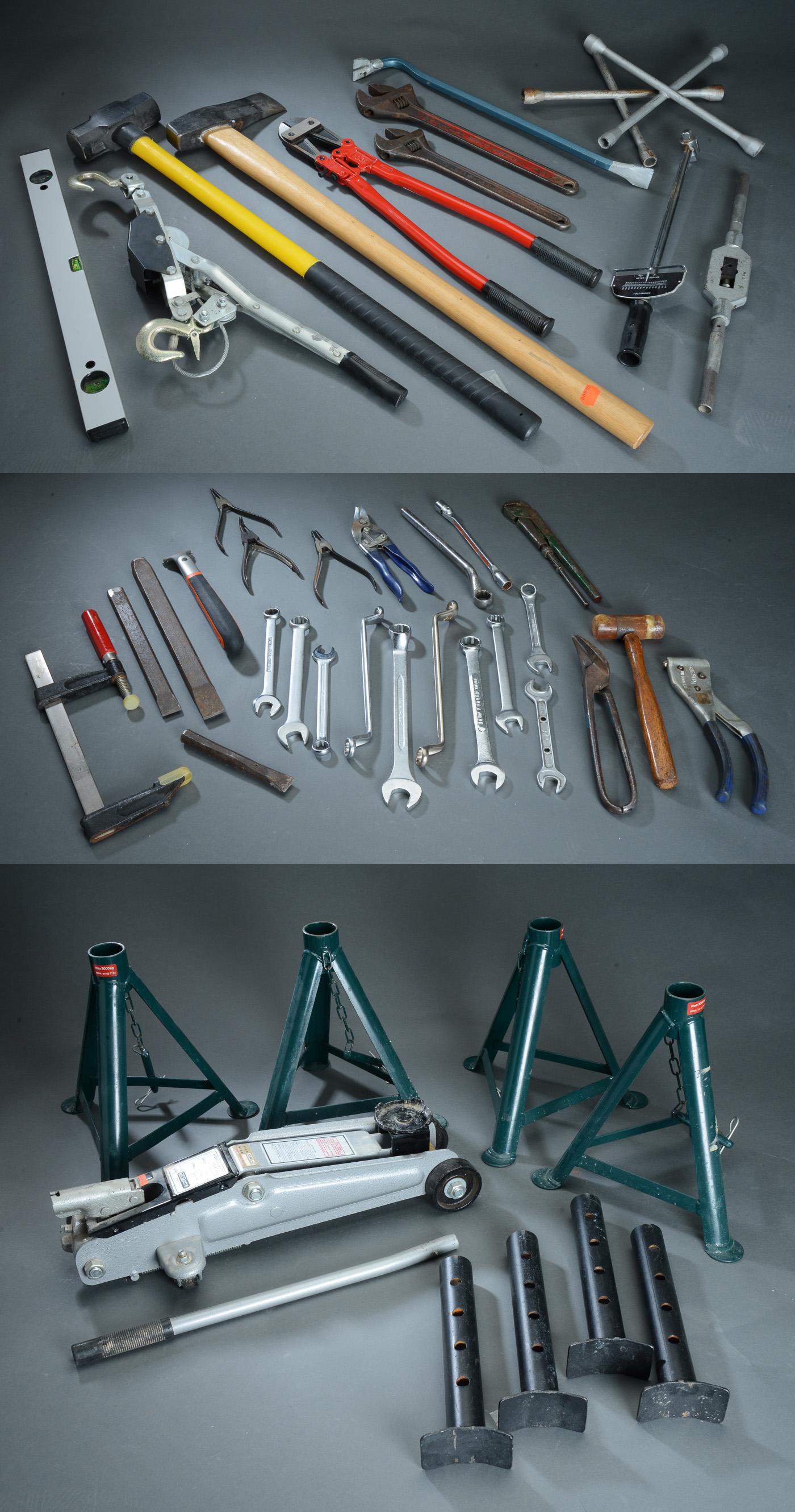 Samling værktøj mm - Samling værktøj, i form af bla. to skiftenøgler L. 37-45 cm, samling fastnøgler, boltsaks, donkraft, fire autobukke mm