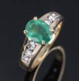 Fransk smaragd- og brillantring af 18 kt. guld med brillanter