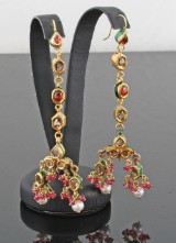 Earings in 18kt. gold, set with pearls, ruby, emerald and diamonds.2)