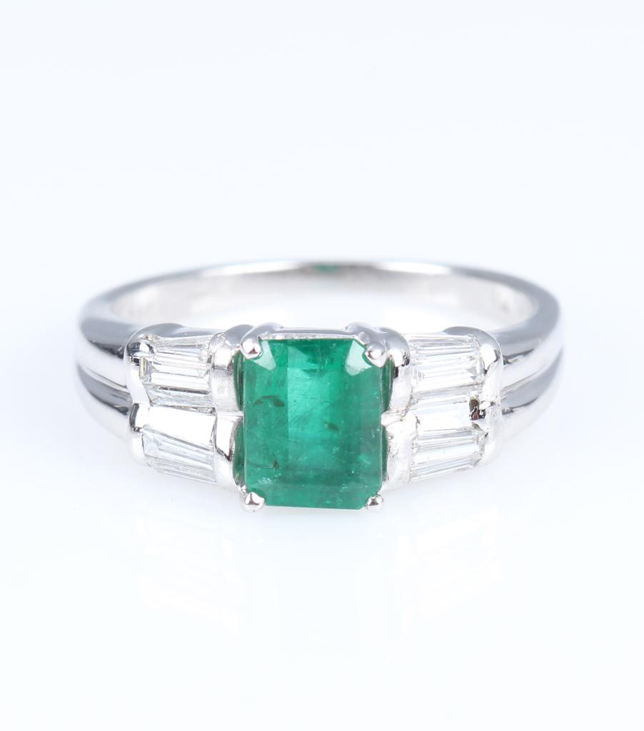 Smaragd- og diamantring af 18 kt. hvidguld - Smaragd- og diamantring af 18 kt. hvidguld, prydet med smaragdsleben smaragd på¨ca. 0.96 ct. måler ca. 7,03 x 5,58 x 3,62 mm. flankeret af 12 baguetteslebne diamanter, i alt ca. 0.42 ct. Farve: Top Wesselton (G). Klarhed: VS- SI. Samlet carat på...