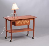 Dansk møbelproducent. Sybord samt bordlampe, teak. (2)