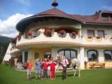 6-dages oplevelsestid for hele familien på Biolandhaus Arche, det 1. øko-hotel i Østrig i St.Oswald ( Østrig ) for 2 voksne og 2 børn, rejsetidsrum til 24.marts 2016
