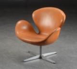 Arne Jacobsen 'Svanen' lænestol, model 3320, cognac