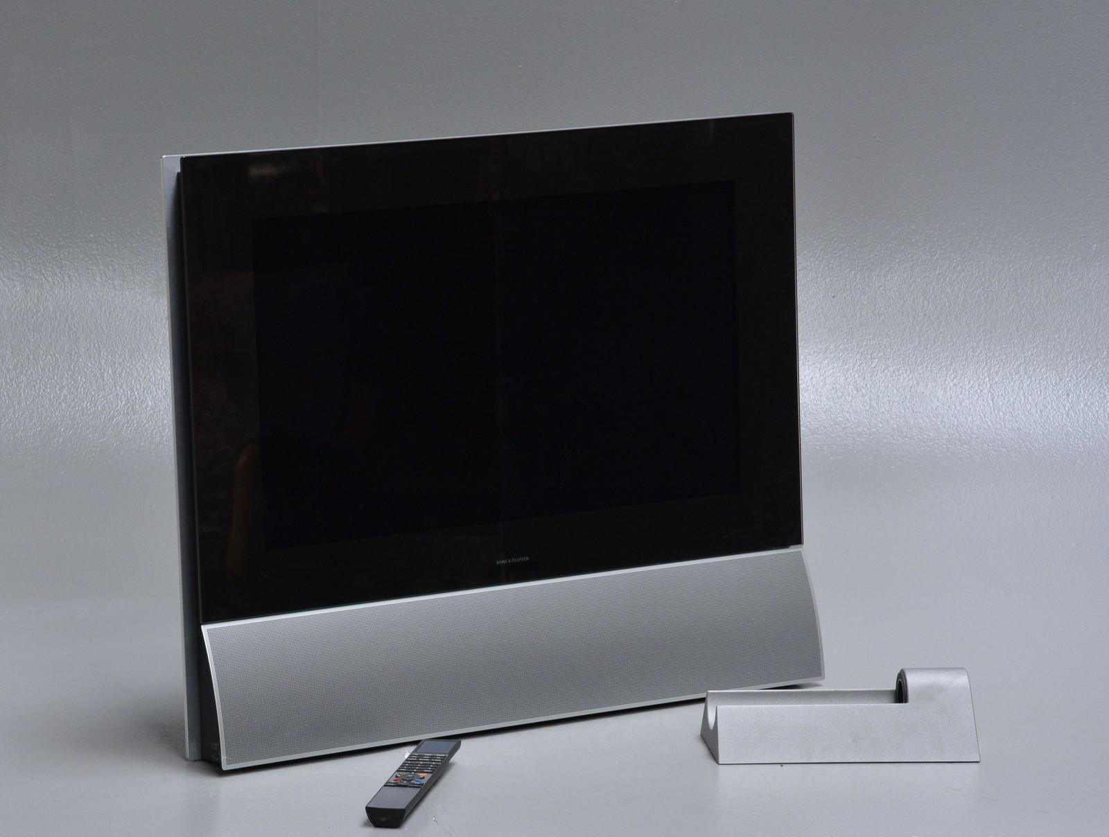 """Bang & Olufsen. BeoCenter 6-26 fladskærm - BANG&OLUFSEN. BeoCenter 6-26"""" fladskærm. Aluminium kabinet, medfølgende vægbeslag og fjernbetjening. Data: 26"""" LCD fladskærm i 16:9 format, Aktive højttalere, stereo NICAM/A2 99 TV programmer 2 x PowerLink DVI, 2 x scartstik, 3 x Phono (video..."""