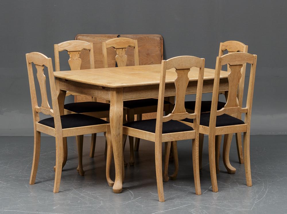 Spisebord med 6 stole - afsyret egetræ - Spisebord H 77 cm, L 125 cm, B 94 cm med to tillægsplader á 43 cm samt 6 stole af afsyret egetræ H 99 cm, SH 46 cm. Fremstår med brugsspor