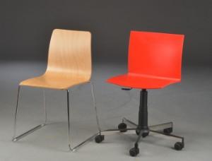 To italiensk stole. (2) - Dk, Herlev, Dynamovej - To italiensk stole. Kontorstol med hjul model Happy med sæde i rød plastic og stellet i forkromet stål. H. 79/109 cm. B. 53cm. D. 51,5 cm. Stol model Funky i krydsfineret bøg med stellet i forkromet stål. H. 81 cm B. 53 cm. D. - Dk, Herlev, Dynamovej
