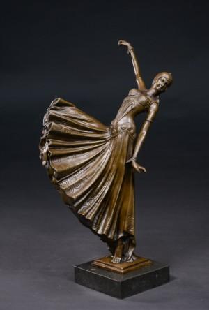 """Bronzeskulptur, dansende kvinde - Dk, Kolding, Trianglen - Bronzeskulptur, dansende kvinde i patineret bronze monteret på sokkel af sort marmor. Sign. """"D. H. Chiparus"""" i bronzen. Af nyere dato. H. 45 cm. B. 23 cm. - Dk, Kolding, Trianglen"""