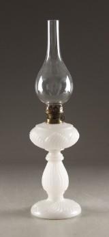 Petroleums bordlampe, opalineglas, 1800-tallets slutning