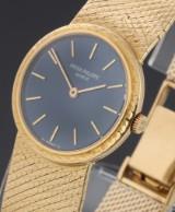 Patek Philippe 'Lady Calatrava'. Vintage ladies watch, 18 kt. gold with blue dial, c. 1970