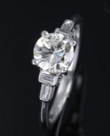 Klassisk brillant- solitairering af 18 kt. hvidguld med brillantsleben diamant på ca. 1.03 ct