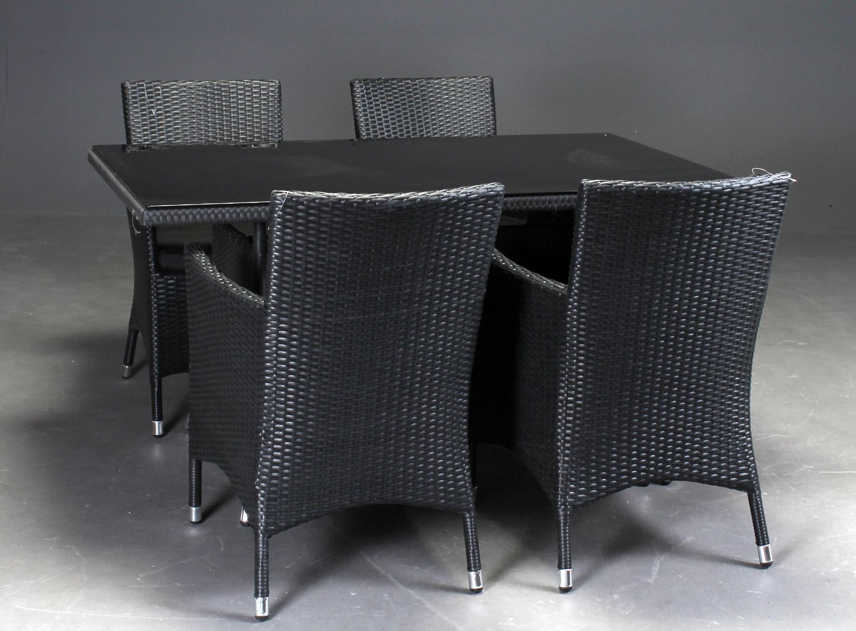 Havemøbelsæt, fire stole samt bord polyrattan - Havemøbler bestående af: Havebord model Amadeus stel af aluminium med sort polyrattan bordplade af hærdet glas, sortmateret. H. 74 B. 80 L. 140 cm. Fire Royal sorte polyrattan stole med aluminiumsstel med hynder