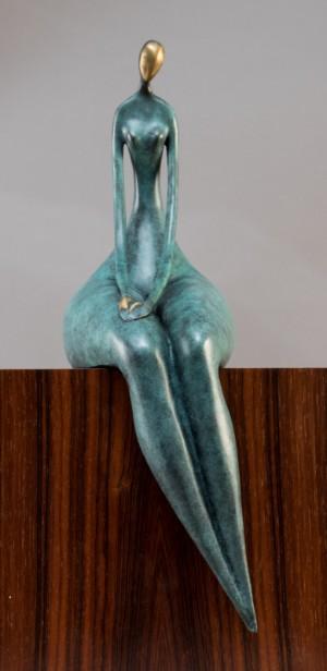 Skulptur af patineret bronze - Dk, Næstved, Gl. Holstedvej - Skulptur af grøn patineret bronze i form af siddende kvinde h. ca. 45 cm. Plakette med påskrift: 'Bronze garanti Paris, J.B. deposée sign. Milo - Dk, Næstved, Gl. Holstedvej