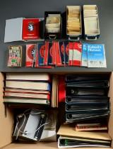 1 flyttekasse og papkasse med frimærker